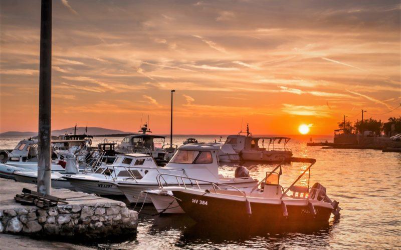 Adriatische zee bij zonsondergang