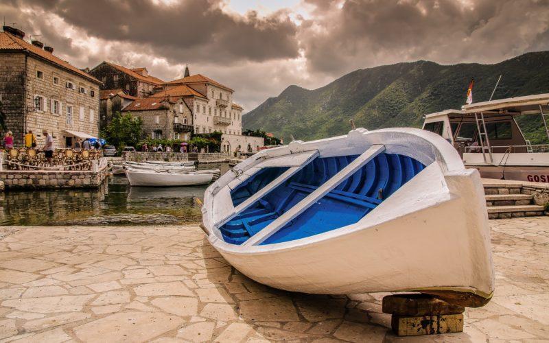 Boot op het droge in dorpje Kroatië