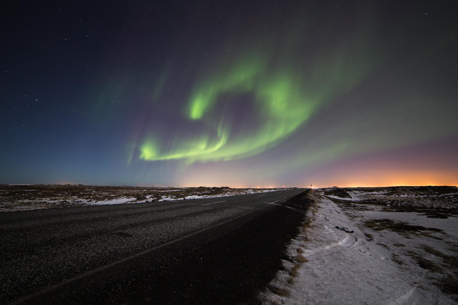 Noorderlicht langs weg IJsland