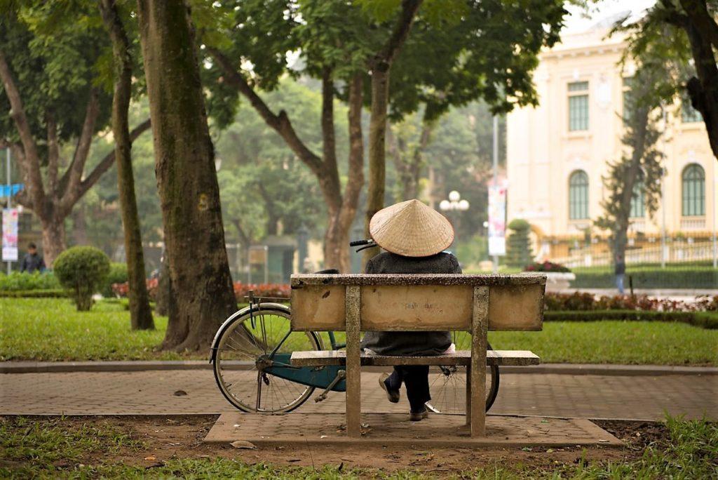 Rust in het park in Hanoi